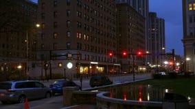 Timelapse de Fifth Avenue en la noche en Oakland en Pittsburgh Pennsylvania metrajes