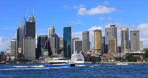 Timelapse de horizon van Sydney, Australië met voorgrondschepen 4K stock video