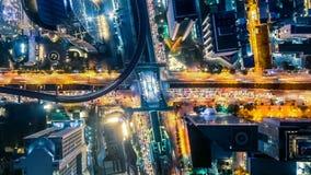 Timelapse de Hyperlapse del paisaje urbano en la noche Bangkok, tráfico ocupado a través de la carretera principal en la hora pun metrajes