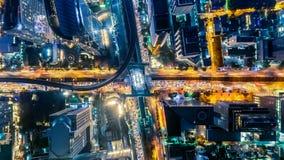 Timelapse de Hyperlapse del paisaje urbano en la noche Bangkok, tr?fico ocupado a trav?s de la carretera principal en la hora pun metrajes