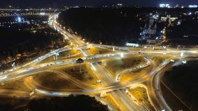 Timelapse de Hyperlapse do tráfego de cidade da noite Kiev, Ucrânia Vista aérea vertical filme