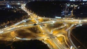 Timelapse de Hyperlapse do tráfego de cidade da noite Kiev, Ucrânia Vista aérea vertical video estoque