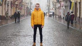 Timelapse de jeune homme se tenant toujours au trottoir dans le courant du trafic de foule avec des personnes se déplaçant rapide banque de vidéos