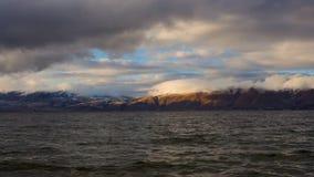 Timelapse de jour des nuages blancs en mouvement au-dessus du lac Sevan sur des collines de fond banque de vidéos