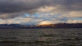 Timelapse de jour des nuages mobiles au-dessus du lac Sevan sur des collines de fond clips vidéos