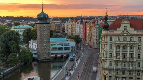 Timelapse de la agua-torre de Sitkovska circa 1588 y tráfico en el camino en el viejo centro de ciudad de Praga en el tiempo de l almacen de video