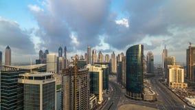 Timelapse de la antena de la madrugada de las torres de la bahía del negocio de Dubai metrajes