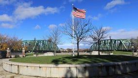 Timelapse de la bandera y de puentes en Westfield, Massachusetts 4K metrajes