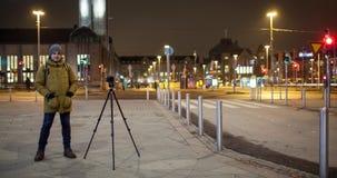 Timelapse de la calle de la noche con vídeo del tiroteo del hombre Helsinki, Finlandia almacen de metraje de vídeo
