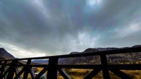 Timelapse de la cerca de madera en alta terraza en el paisaje de la montaña con las nubes Movimiento horizontal del resbalador metrajes