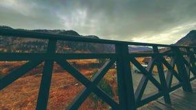 Timelapse de la cerca de madera en alta terraza en el paisaje de la montaña con las nubes Movimiento horizontal del resbalador almacen de metraje de vídeo
