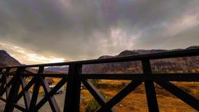 Timelapse de la cerca de madera en alta terraza en el paisaje de la montaña con las nubes Movimiento horizontal del resbalador almacen de video