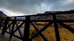 Timelapse de la cerca de madera en alta terraza en el paisaje de la monta?a con las nubes Movimiento horizontal del resbalador almacen de video