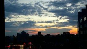 Timelapse de la ciudad durante puesta del sol asombrosa caliente y el cielo hermoso en Novosibirsk