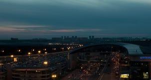 Timelapse de la ciudad de la noche con los caminos ocupados cerca del aeropuerto de Sheremetyevo, Moscú almacen de metraje de vídeo