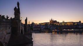 Timelapse de la ciudad vieja de Praga con Charles Bridge en la ciudad de Praga, día de la República Checa al lapso 4K de la noche metrajes