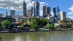 Timelapse de la derecha de la cacerola de la ciudad de Melbourne y del puente del Queens metrajes