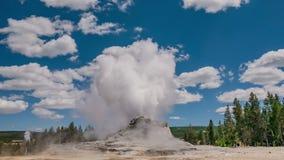 Timelapse de la erupción del géiser del castillo en el lavabo superior del géiser Vieja área fiel Yellowstone NP metrajes