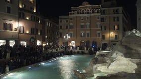 Timelapse de la fuente apretada del Trevi en la noche en Roma, Italy6 2018 metrajes