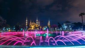 Timelapse de la fuente delante de la mezquita azul de Sultanahmet de la mezquita en la noche Estambul, Turquía almacen de video