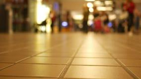 Timelapse de la gente defocused que camina con un vestíbulo del terminal de aeropuerto metrajes