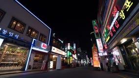 Timelapse de la gente y de coches el noche iluminó la calle en Seul, Corea del Sur almacen de video