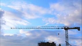 Timelapse de la grúa de construcción, del edificio y de las nubes móviles almacen de metraje de vídeo
