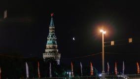 Timelapse de la lune et de Moscou Kremlin la nuit Croissant et Moscou de affaiblissement en mouvement Kremlin banque de vidéos