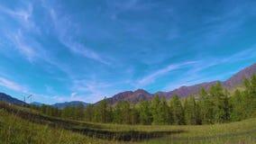 Timelapse de la montaña con el cielo nublado hermoso en las montañas de Altai, Siberia, Rusia almacen de video