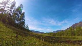 Timelapse de la montaña con el cielo nublado hermoso en las montañas de Altai, Siberia, Rusia almacen de metraje de vídeo