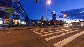 Timelapse de la muchedumbre peatonal grande que cruza la calle en la cruce en el nigt almacen de metraje de vídeo