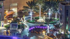 Timelapse de la noche de la aleación de aluminio de la fuente del puerto deportivo de Dubai, 'promenade' del puerto deportivo metrajes