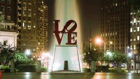 Timelapse de la noche de la muestra del AMOR y una fuente en el parque del amor de Philadelphia metrajes