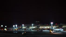 Timelapse de la noche del aeropuerto de Vnukovo en Moscú, Rusia almacen de metraje de vídeo
