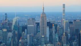 timelapse de la noche del día de 4K UltraHD del horizonte céntrico de Manhattan almacen de metraje de vídeo