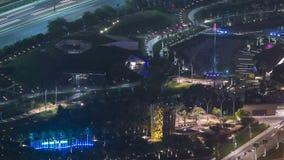 Timelapse de la noche del paisaje urbano de la ciudad de Kuwait con las fuentes de la música en parque almacen de video