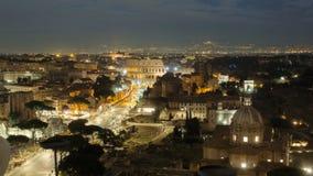 Timelapse de la noche del tráfico de Colosseum y de la calle, Italia almacen de metraje de vídeo