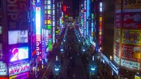 Timelapse de la noche en la calle en la ciudad de neón almacen de metraje de vídeo