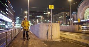 Timelapse de la noche Helsinki y del hogar mecánico que hace la cantidad ocupada de la ciudad, Finlandia metrajes