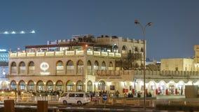 Timelapse de la noche de Souq Waqif en Doha, Qatar almacen de video