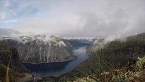 Timelapse de la opinión del pájaro del fiordo en Noruega con niebla almacen de metraje de vídeo