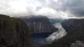 Timelapse de la opinión del pájaro del fiordo en Noruega con rayos solares y nubes almacen de metraje de vídeo