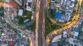 Timelapse de la opini?n a?rea del paisaje urbano en la noche Bangkok, tr?fico ocupado a trav?s de la carretera principal en la ho
