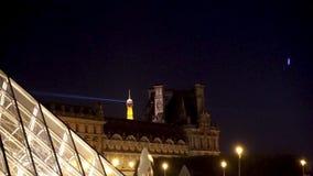 Timelapse de la pirámide y de la torre Eiffel en la noche - París, Francia del Louvre metrajes