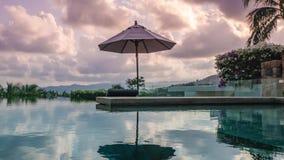 Timelapse de la piscina en el chalet de lujo en la puesta del sol Enfoque adentro almacen de video