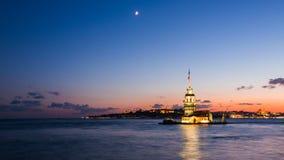 Timelapse de la première tour ou du Kiz Kulesi avec flotter les bateaux de touristes sur Bosphorus à Istanbul la nuit banque de vidéos
