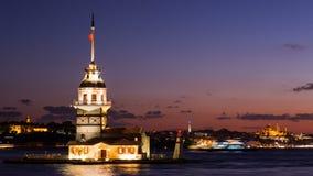 Timelapse de la première tour ou du Kiz Kulesi avec flotter les bateaux de touristes sur Bosphorus à Istanbul la nuit clips vidéos