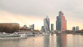 Timelapse de la primavera del centro de ciudad de Moscú de los rascacielos almacen de metraje de vídeo