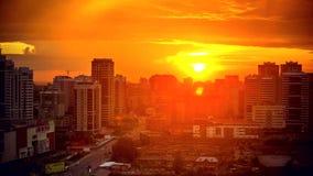 Timelapse de la puesta del sol asombrosa sobre ciudad de grande almacen de video