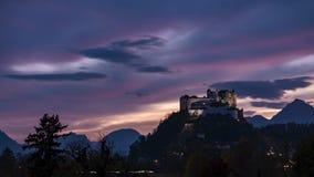Timelapse de la puesta del sol del castillo de Salzburg almacen de video